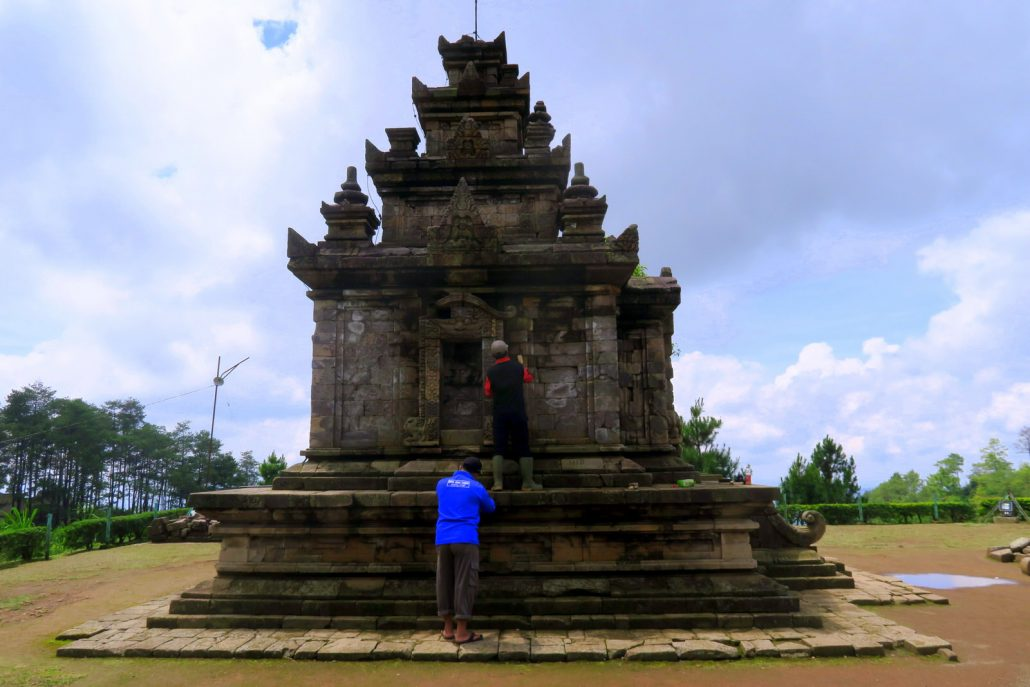 andi-gedong-songo-cleaning
